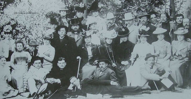 Труппа МХАТ в Ялте. 1901. Максим Горький (стоит третий справа), Антон Чехов (стоит пятый справа), Ольга Книппер, которая вскоре станет женой Чехова (сидит третья слева).