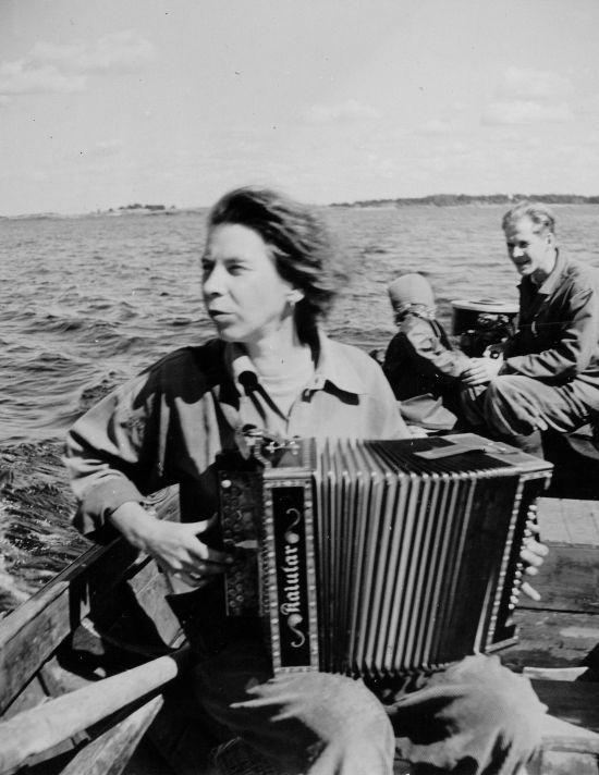 Туве и Улоф Янссон на прогулке в Финском заливе.