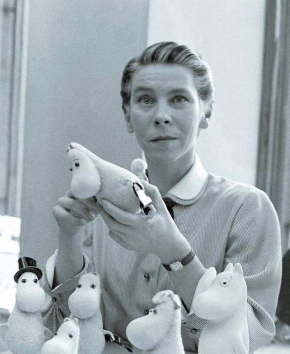 Туве Янссон с игрушечными муми-троллями. Фото 1956 г.