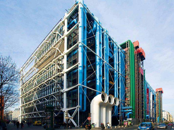 Технические конструкции и элементы инженерной инфраструктуры выкрашены в разные цвета. Вид на Центр Помпиду с тыльной стороны. Источник http://etotam.com/