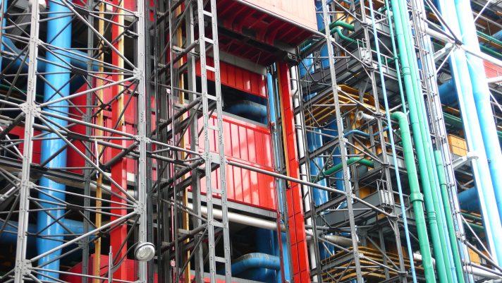 Фрагмент одной из стен Центра Помпиду и покрывающих ее вынесенных наружу «технических внутренностей». Источник https://upload.wikimedia.org/