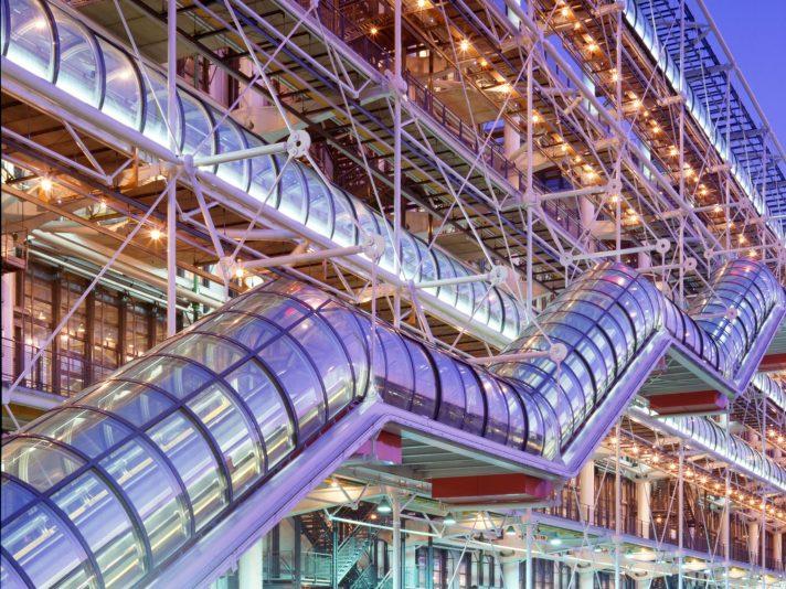 На вечернем снимке хорошо видны и эскалаторы, и внешние коридоры на некоторых этажах. Но посещать Центр Помпиду все же лучше днем, чтобы разглядеть разноцветные «технические внутренности», выставленные напоказ. Источник http://media.cntraveler.com/