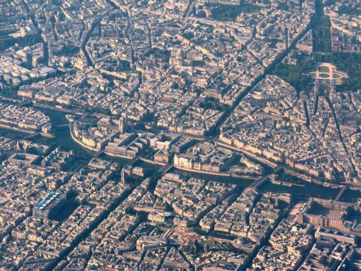Вид с высоты на центр Парижа. В центре кадра посреди Сены – остров Сите с Собором Парижской Богоматери. В левом нижнем углу – Центр Помпиду. Источник https://upload.wikimedia.org/