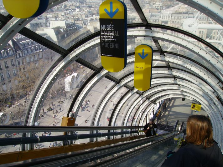 Внутри эскалатора Центра Помпиду. Источник https://upload.wikimedia.org/