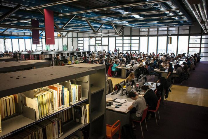 В библиотеке всегда многолюдно, но и свободное место обязательно найдется, поскольку в 1997-1999 годах библиотека была расширена. Источник http://frenchparis.ru/