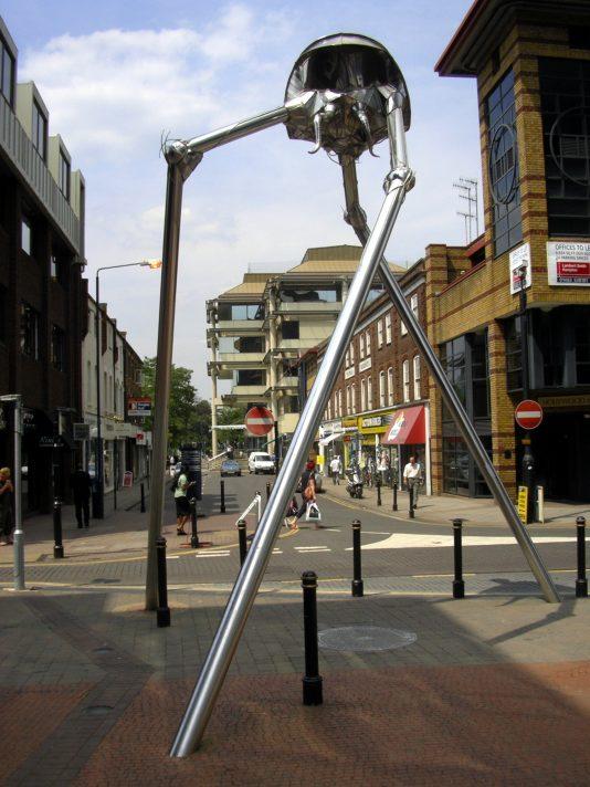 Майкл Кондрон. Треножник пришельцев. Скульптура, установленная в графстве Суррей, где «впервые высадились пришельцы» в романе Герберта Уэллса «Война миров».