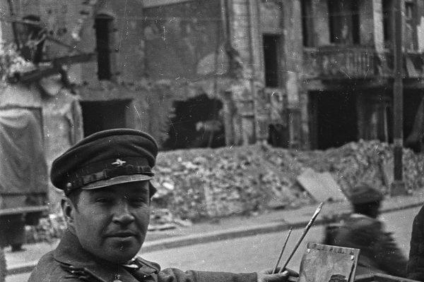 Берлин, Май 1945. Китайко - художник студии им. Грекова на этюдах. Источник http://waralbum.ru/