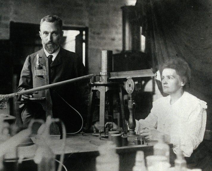 Мария и Пьер Кюри в лаборатории, оборудованной на средства Нобелевской премии. 1904 г. Источник https://upload.wikimedia.org/
