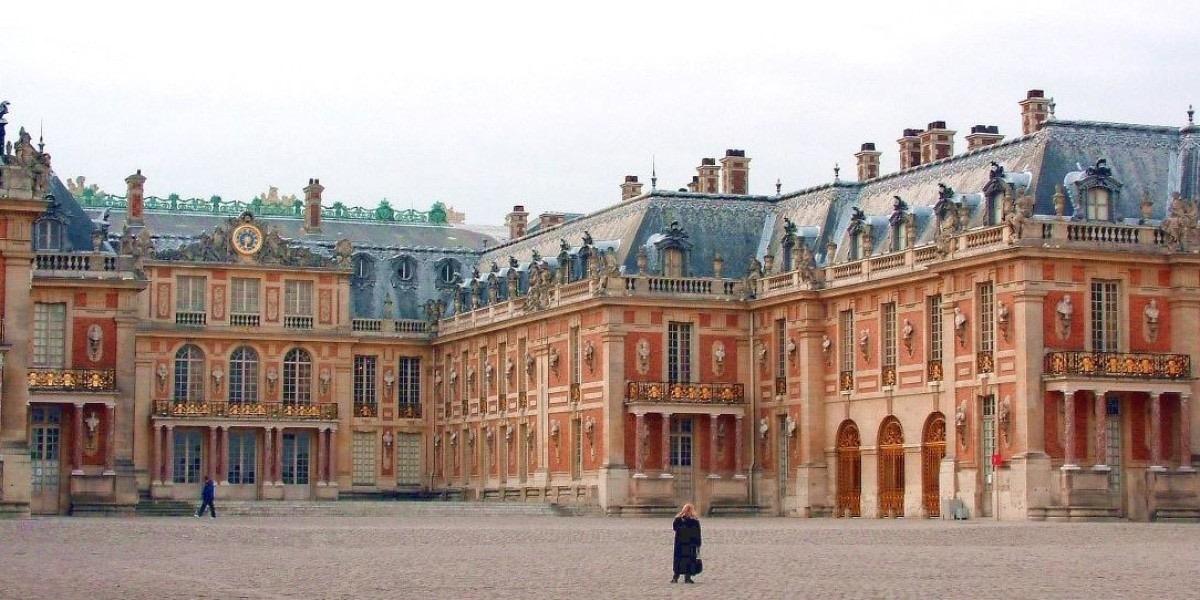 В Версале по-прежнему не видно гуляющих и фотографирующихся посетителей. Источник: Монд