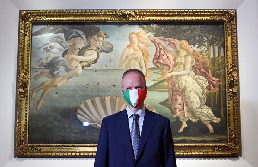 Директор Галереи Уфицци Айке Шмидт объявил об открытии музея на фоне «Рождения Венеры» Боттичелли. Источник: Стампа