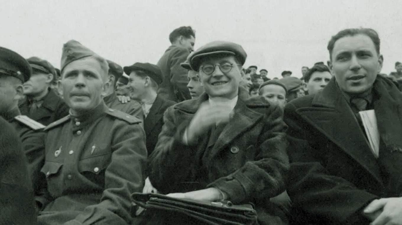 Дмитрий Шостакович на футболе. Фото. 1940-е. Источник иллюстрации: Викимедиа